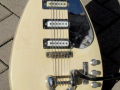 Phantom Mark III Teardrop 1964 White (UK model Brian Jones Rolling Stones), 3 pickups, body met tremolo.