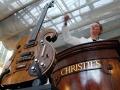 De Kensington werd in 2004 bij Christie's geveild voor $ 205.188 dollar. In 2013 werd deze gitaar bij Julien's Auctions in New York opnieuw geveild voor $ 408.000.