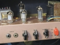 Vox AC4 JMI mid 1963 Champagne panel, 2 channels, 2 inputs, buizenchassis EZ80 gelijk, EF86 input, 12 AX7 tremolo, EL84 eind, red voltage selector.