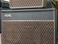 Vox AC50 MKIII head op groter speaker cabinet MKII 1964. Cabinet van 33x23x1,5 inch ook gebruikt voor Vox AC30 Expanded.