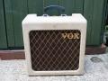 MK1 Front Cream, met Elac 8 inch 8-99 speaker. Een tijdelijke aanduiding in 1960 om 6 watt RMS vermogen uit te stralen, in advertenties zelfs 8 watt vermeld. Tot 1959 en vanaf 1961 weer AC2 genoemd. Met black plastic MK1 handle.