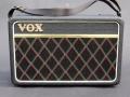 Front Vox Escort Battery/Mains in Rose Morris uitvoering 1979-1983. 2,5 w RMS transistor, 5,5 inch Elac speaker. Na de AC 30 het langst op de markt geweest vanaf 1974 t/m 1983, tijdens zowel Dallas als Rose Morris periode gecontinueerd.