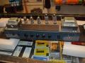 Voorzijde chassis met buizen sectie Vox V15 combo. 2 Eindbuizen EL84, preamp met 1*ECC81 en 2*ECC83. Deksel boven printplaat gesloten.