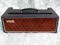 Front Vox AC50/2 MK1, 2 inputs, Red panel, eind 1963 /begin 1964, slechts 100 stuks geproduceerd. Klein en dun cabinet, bruin doek, geen cornerprotection. Warning lamp voor foutieve speakeraansluiting.