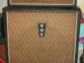 Vox AC 50/4 MK2. Top met Foundation Bass. Klein dik cabinet met Red panel en bruin doek (tot medio 1964) en cornerprotection. 18 inch heavy duty speaker. Incidenteel gebruikt door Brian Locking. Degelijke basversterker door oversized trafo's.