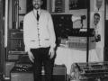 Dick Denney ( (1921-2001), gitarist en chief engineer van JMI, met een vroege flat-fronted PA versterker Metal Clad MC50-6 in 1964 in het Russell Hotel. De unit rechts boven op de PA is een Page-Boy office PA mixer (Audio Frequency Amp met geheugen).