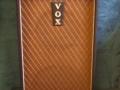 Vox T60 MKIIc medio 1964, met vents en gold piping, op mini trolley, Achterzijde T60 basversterker vroege Solid state. Zwak transistor circuit ontworpen door Less Hill voor solid state T60, Lightweight 30 en Transonic 60 versterkers. In periode 1962-1968 is het circuit 10 keer gemodificeerd.
