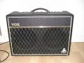 1999-2002 Vox Cambridge 30R Twin V9320, Solid State plus in preamp 1 ECC83, 2 kanalen Reverb-Tremolo, 2 x 10 inch Celestion Blue Bulldog HD speakers. Made in Korea.front