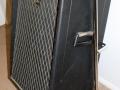 1966-1967 Vox Essex Bass V104, V1041,V1042,V1043, spaanplaat cabinet in trolley. Levant Grain Vinyl, vertical Vox logo. zij rechts.
