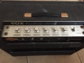 1965- Vox Cambridge Reverb tube V3, bovenaanzicht met alu panel en rechte opening. 1 kanaal, 2 inputs, Controls Volume, Treble, bass, Tremolo Speed-Depth.