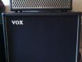 2006-2008 Valvetronix AD100VTH (11 amps modulaties, 11 pedaleffects.) op een V412BK pressed board cabinet met daarin 4 Vox Special speakers 12 inch met Plain Black Grillcloth.