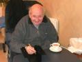 Charlie Watkins tekent onder het genot van een kopje koffie.