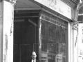 Charlie Watkins voor zijn eerste muziekinstrumenten winkel in de Balham High Road, London SE.