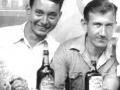 Links de jonge Charlie Watkins rijdens zijn dienstplicht bij de Merchant Navy.